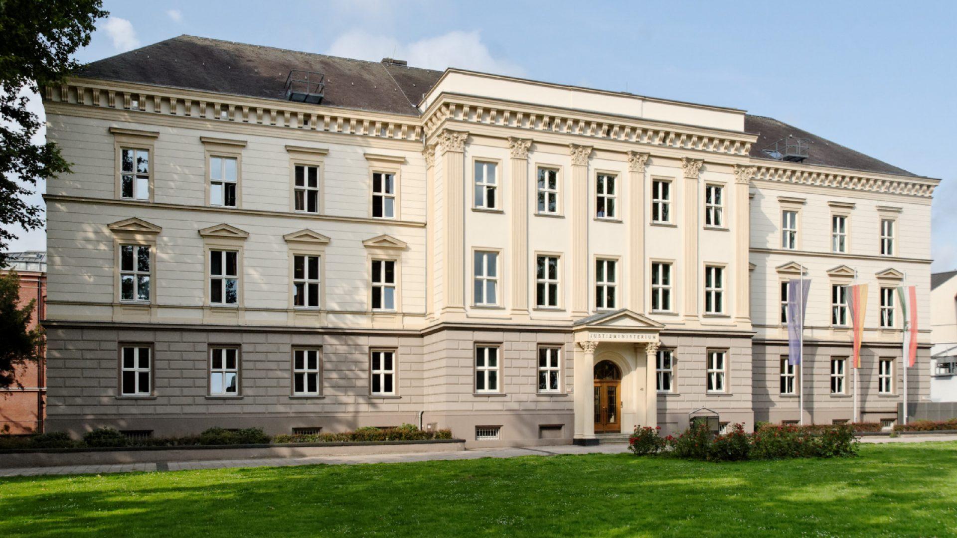 Justizministerium_in_Duesseldorf-Stadtmitte,_von_Nordosten